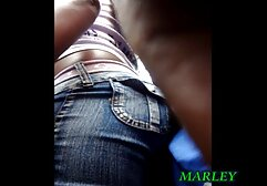 A vídeo pornô de mulher preta filmar no cu da cam, a dormir com um tipo de tanga vermelha.