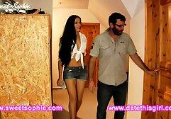 A rapariga estica o ânus com uma bomba e insere uma grande mão de borracha porno brasileiro duas mulheres e um homem nele.