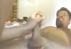 Loira de vestido de cabedal vídeo pornô de mulher morena fodida no cu fodida e levou-a pela bochecha