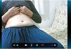 O rapaz enfiou a vídeo vídeo pornô de mulher mãe madura na rata e invadiu a casa de banho.