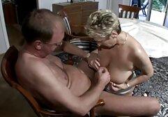 A miúda vídeo pornô das mulheres com ordenha grande sentou-se no cara bombeado cara com clitóris
